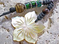 海からの贈り物★白蝶貝ストラップ ハイビスカス